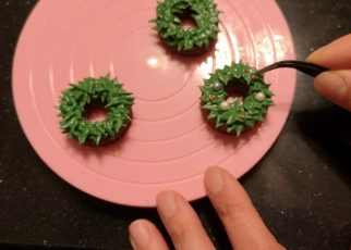 yt 58406 How to make a mini christmas wreath cookie for ginger bread house in royal icing 322x230 - How to make a mini christmas wreath cookie for ginger bread house in royal icing..
