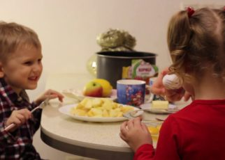 yt 61468 How to cook a delicious Christmas apple pie with kids 322x230 - How to cook a delicious Christmas apple pie with kids!