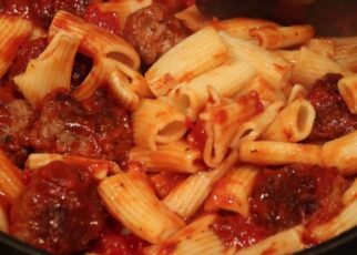 yt 214400 Rigatoni Meatball Bake with garlic bread 322x230 - Rigatoni Meatball Bake with garlic bread